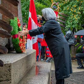 La gouverneure générale dépose une couronne au pied du Monument national aux anciens combattants autochtones.