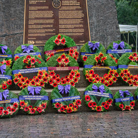 Plusieurs couronnes de fleurs ont été déposées au pied du Monument national aux anciens combattants autochtones.