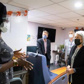 La gouverneure générale parle avec une employée de la Mission d'Ottawa. Elles portent des masques.