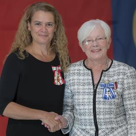 La Croix du service méritoire a été présentée à Sandra MuirReilly qui a fondé la Children's Cottage Society de Calgary en 1986 pour offrir aux parents en période de crise un lieu sûr où laisser leurs enfants.