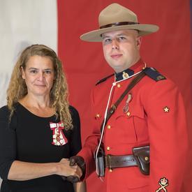 Le gendarme Garrett Dove a reçu la Médaille du souverain pour les bénévoles. Il a surpassé les attentes dans ses activités de mentorat et d'orientation auprès des jeunes des PremièresNations des collectivités de Pelican Narrows et de Battleford.