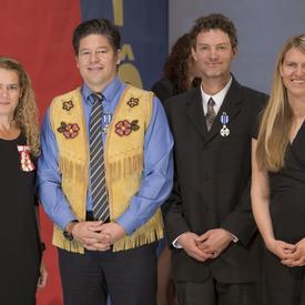 La Médaille du service méritoire a été présentée à Derek Crowe, Justin Ferbey et Jane Koepke qui, ensemble, ont lancé Singletrack to Success, un réseau de sentiers de vélo situé au mont Montana, près de Carcross, au Yukon.
