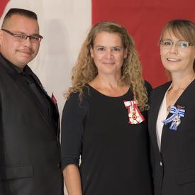 La Médaille du service méritoire a été présentée à Kirby et Marie Fontaine. Après avoir gagné à la loterie, Kirby et Marie Fontaine ont choisi d'enrichir les vies d'autres concitoyens de leur province de résidence.