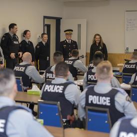 La gouverneure générale a visité l'École de la GRC, Division Dépôt, qui prépare les cadets aux situations réelles d'intervention policière.