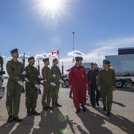 En après-midi, la gouverneure générale s'est rendue à la 15e Escadre/BFC Moose Jaw, où elle été accueillie par des représentants des Snowbirds des Forces canadiennes.