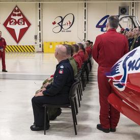 Elle s'est adressée aux pilotes et aux entraîneurs dans la hangar et les a remerciés d'avoir eu le privilège de s'entraîner avec eux avant de devenir astronaute.