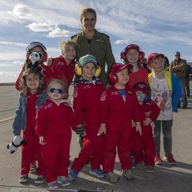 Son Excellence a rencontré les membres de la famille et les enfants de la formation des Snowbirds.