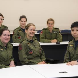 Sa visite lui a donné l'occasion d'interagir avec des étudiantes et des instructeurs.