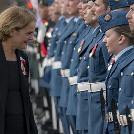 Durant la revue de garde, la gouverneure générale s'est arrêtée à quelques reprises pour remercier les membres des Forces armées canadiennes pour leur service.