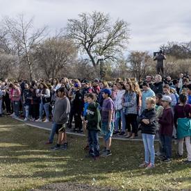 La gouverneure générale a ensuite convié les membres du public à l'accompagner pour une randonnée autour du lac Wascana.