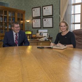 La gouverneure générale a ensuite rencontré l'honorable Scott Moe, premier ministre de la Saskatchewan, à l'Assemblée législative.