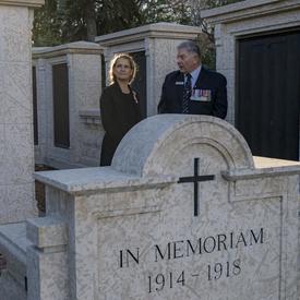 Son Excellence s'est ensuite rendue au monument commémoratif de guerre de la Saskatchewan.