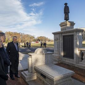 Elle tenait à rendre hommage aux résidents de la province qui ont donné leur vie durant les Première et Seconde Guerres mondiales, la guerre de Corée, diverses opérations de formation militaire et de maintien de la paix, et la guerre en Afghanistan.