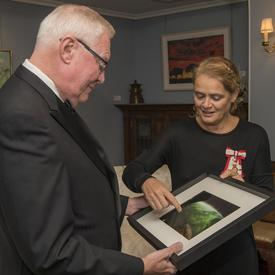 En soirée, la gouverneure générale s'est entretenue avec Son Honneur l'honorable W. Thomas Molloy, lieutenant-gouverneur de la Saskatchewan, à sa résidence officielle, où elle lui a remis une photo de la province de la Saskatchewan prise de l'espace.