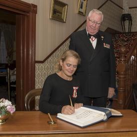 Après la présentation, elle a signé le livre d'or du lieutenant-gouverneur.