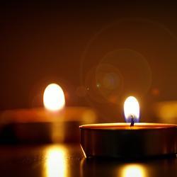 Trois bougies sont allumées.