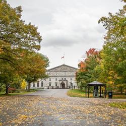 Vue de l'allée menant à Rideau Hall. Couleurs d'automne.