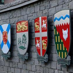 Les armoiries des lieutenants-gouverneurs des provinces et des commissaires territoriaux sont accrochées à un mur.