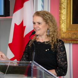 La gouverneure générale prononce une allocution à partir d'un podium.