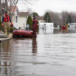 Des rues inondées et des premiers intervenants.
