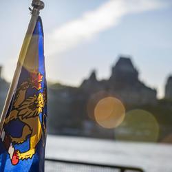 Une photo du drapeau de la gouverneure générale avec la Citadelle et le Château Frontenac en arrière-plan.