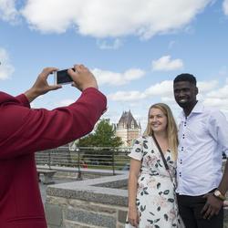 Un guide prenant une photo de deux invités à l'extérieur de la Citadelle.