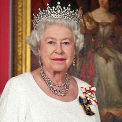Sa Majesté la reine Elizabeth II se tient devant un portrait.