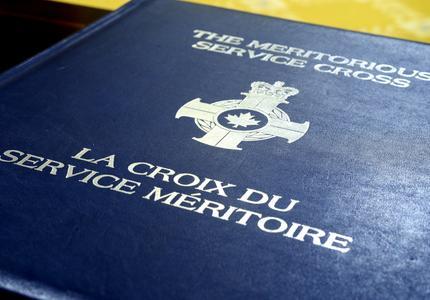 Remise de décorations pour service méritoire (division civile)