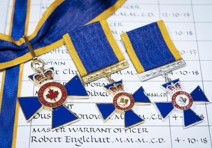 Une photo des médailles de l'Ordre du mérite militaire
