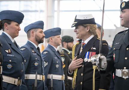 Le gouverneur général inspecte la garde.