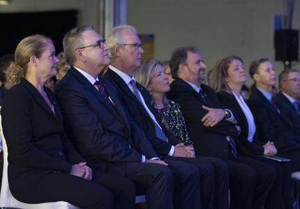La gouverneure générale est assise parmi les participants lors du dévoilement des timbres célébrant l'événement Apollo 11.