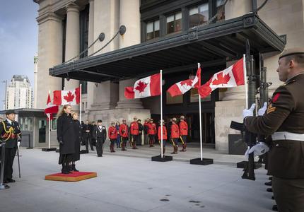 Lors de son arrivée à l'édifice du Sénat du Canada, elle a reçu le salut royal.