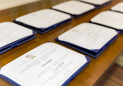 Les certificats de la  Mention d'honneur du gouverneur général pour l'excellence sportive et académique sont sur une table.