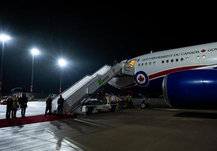 L'avion du gouvernement du Canada est sur le tarmac de l'aéroport. La porte de l'avion est ouverte et les escaliers sont ouverts en attendant que les passagers descendent.
