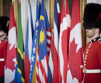 Deux Governor General Foot Guards se tiennent à côté des drapeaux.